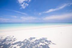 La plage tropicale avec le ciel bleu et la mer bleue calme surfent Photos libres de droits