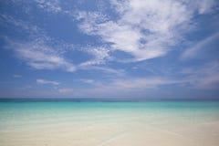 La plage tropicale avec le ciel bleu et la mer bleue calme surfent Photo stock