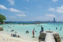 La plage tropicale publique s'est serrée par des musulmans pendant des vacances image stock