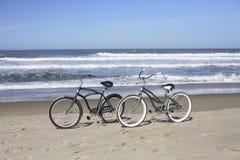 la plage va à vélo deux Images libres de droits