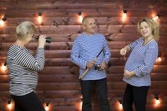 La plaisanterie de famille La famille joue une situation drôle sur une séance photos Image stock
