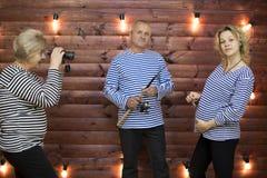 La plaisanterie de famille La famille joue une situation drôle sur une séance photos Photo stock