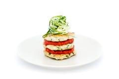 La plancha-torta del pollo con las hierbas tailandesas, chiles del tomate atasca y los tallarines del pepino imagenes de archivo