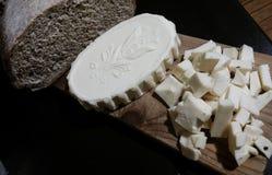 La planche à découper avec du beurre fait maison, pain de seigle a fait avec de la levure Photos libres de droits