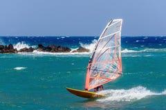La planche à voile faisant l'extrémité dupe sur une eau plate à l'île de Santorini images libres de droits