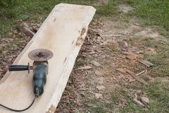 La plancia a macchina e di legno della smerigliatrice di angolo da desidera ardentemente il soffitto della casa di ceppo Fotografia Stock Libera da Diritti