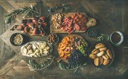 la Plano-endecha del día de fiesta, partido, tabla de cena de la familia fijó con bocados Fotos de archivo libres de regalías