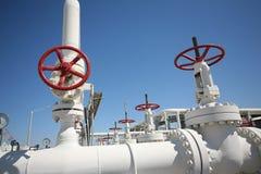 La planta de tratamiento de petróleo y del gas con el tubo alinea el va Fotografía de archivo libre de regalías