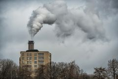 La planta emite los agentes contaminadores a la atmósfera, de los tubos de la fábrica sale un humo grueso imágenes de archivo libres de regalías
