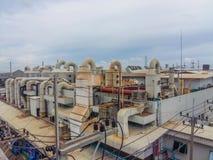 La planta industrial para el aire de filtración contaminó las charcas con los tanques Imágenes de archivo libres de regalías