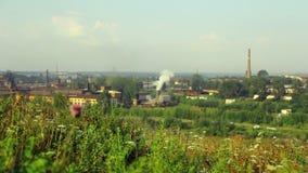 La planta metalúrgica de Alapaevsky contamina el ambiente de la pequeña ciudad de Ural almacen de metraje de vídeo