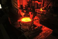 La planta metalúrgica de la industria pesada produce el acero en estufa fotografía de archivo