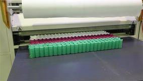 La planta para hacer los colchones, máquina transporta un bloque de primaveras independientes llenas en una envoltura, transporta almacen de metraje de vídeo