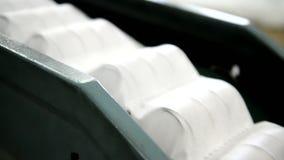 La planta para hacer la máquina de los colchones transporta un bloque de primaveras independientes llenas en una envoltura almacen de metraje de vídeo