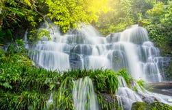 La planta verde y la roca frescas en Mun Dang Waterfall medio llueven el mar Fotos de archivo libres de regalías