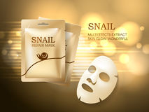 La plantilla cosmética de los anuncios del caracol, la mascarilla y la bolsita de oro empaquetan la maqueta para los anuncios o l foto de archivo
