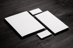 La plantilla de la identidad corporativa, efectos de escritorio fijó en fondo de madera elegante negro Imite para arriba para cal foto de archivo libre de regalías