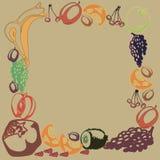 La plantilla del cartel con las frutas dibujadas mano y las bayas para el men? del mercado de los granjeros dise?an stock de ilustración
