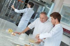 la plaque de contrôle une de Tête-chef met en apprentissage dans la cuisine photo stock