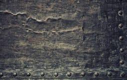La plaque de métal noire grunge avec des rivets visse la texture de fond Photos stock