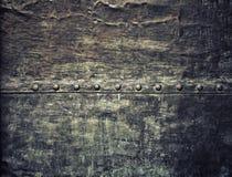 La plaque de métal noire grunge avec des rivets visse la texture de fond Photographie stock libre de droits