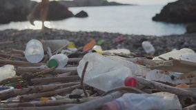 La plastica della spiaggia imbottiglia l'inquinamento stock footage