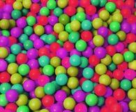 La plastica fosforescente ha colorato le palle nello stagno del gioco Immagine Stock