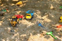 La plastica gioca il modello del veicolo per i bambini sul campo da giuoco della sabbia Fotografia Stock