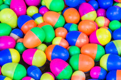 La plastica variopinta eggs i giocattoli che galleggiano sull'acqua Fotografie Stock Libere da Diritti