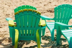 La plastica vuota dello stagno presiede le sedie a sdraio sulla spiaggia di sabbia Fotografie Stock