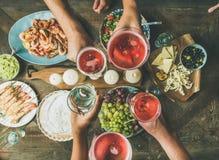 la Plat-configuration des amis remet la consommation et le boire ensemble Photo libre de droits