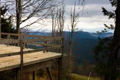 La plataforma de observación en las montañas Fotos de archivo libres de regalías