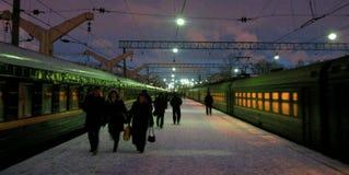 La plataforma del tren de Moscú, invierno, calienta resplandor en Windows fotos de archivo