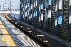 La plataforma del tren, estación de Minami-Tama en Japón fotografía de archivo