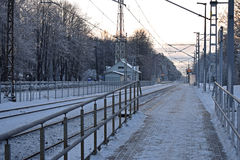 La plataforma en la estación de tren en el pueblo letón Fotos de archivo libres de regalías