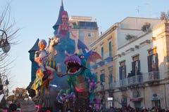 La plataforma móvil con puppetry en el festival anual imagen de archivo