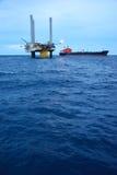 La plataforma petrolera costera en madrugada Imagen de archivo libre de regalías
