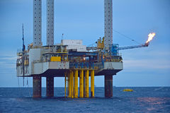 La plataforma petrolera costera en madrugada fotos de archivo