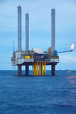 La plataforma petrolera costera en madrugada Imagen de archivo