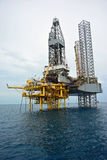 La plataforma petrolera costera en madrugada Foto de archivo