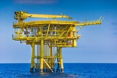 La plataforma remota del wellhea costero del petróleo y gas produjo el gas crudo y el petróleo crudo y enviada a la plataforma de imagenes de archivo