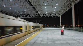 La plataforma vacía en la noche del ferrocarril de Jiaxing Sounth Foto de archivo libre de regalías
