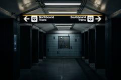 La plataforma y firma adentro el St Andrews Subway Station, en Toronto Imagen de archivo libre de regalías