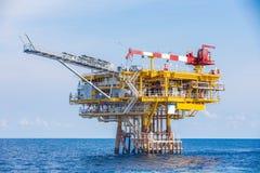 La plate-forme à distance de tête de puits de pétrole et de gaz a produit les gaz crus et le brut puis a envoyé à la plate-forme  image stock