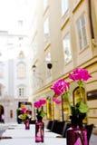 La plate-forme d'été du café sur des rues de vieux Salzbourg, Autriche Photo libre de droits