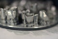 La plate-forme d'impression avec l'objet a imprimé sur l'imprimante 3d pour le métal Image stock