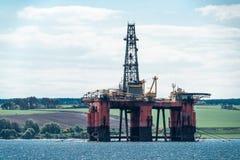 La plate-forme de forage de forage de pétrole de la Mer du Nord a amarré dans le Cromarty Firth, Scotlan photo stock