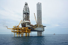 La plate-forme de pétrole marin dans le début de la matinée Photographie stock