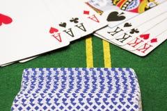 La plate-forme des cartes est renversée sur le terrain de jeu vert de tisonnier Images stock