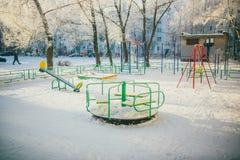 La plate-forme des enfants d'hiver photo stock